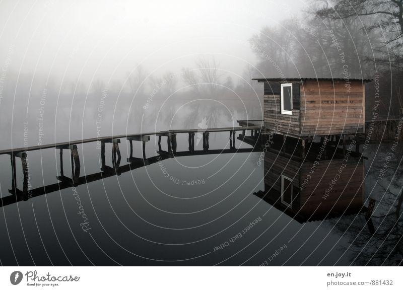 Stille harmonisch Erholung ruhig Meditation Angeln Herbst schlechtes Wetter Nebel Seeufer Hütte Steg braun schwarz weiß Traurigkeit Trauer Einsamkeit