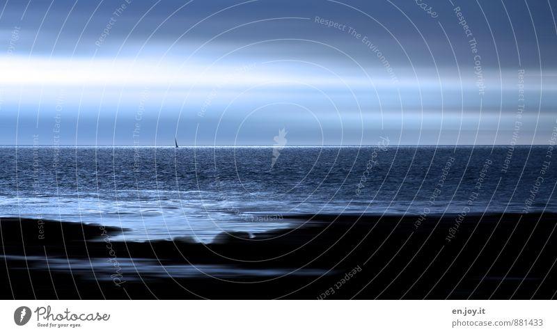 Sehnsucht harmonisch Erholung ruhig Abenteuer Ferne Freiheit Meer Landschaft Wasser Himmel Horizont Küste Segelboot blau schwarz Gefühle Stimmung träumen