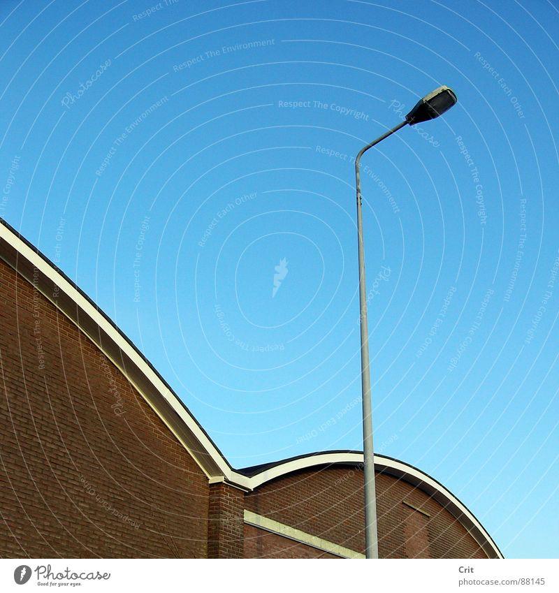 streetlight with building verfallen Straßenbeleuchtung sehr wenige