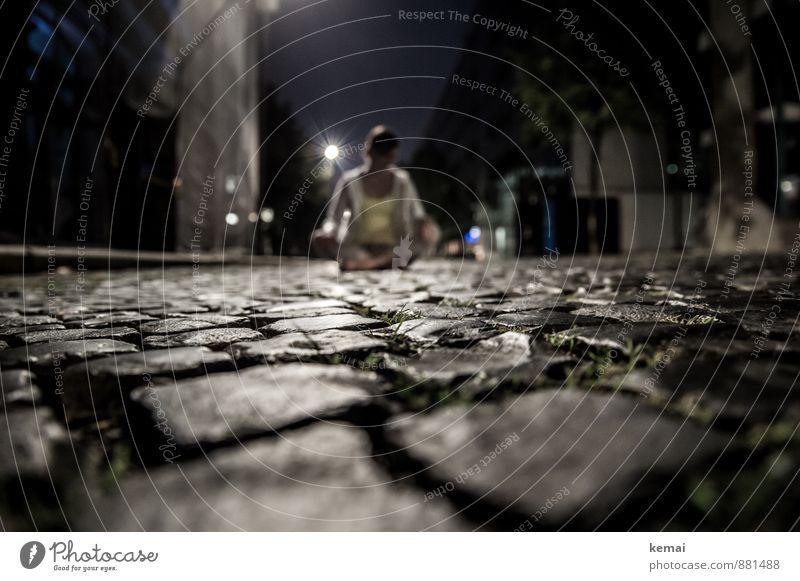 Perspektive Lifestyle Mensch Leben Körper 1 Straße Kopfsteinpflaster sitzen außergewöhnlich dunkel selbstbewußt Coolness Gelassenheit geduldig ruhig
