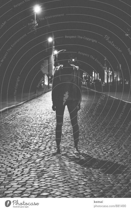 Black and Grey Mensch Jugendliche Stadt Einsamkeit Junge Frau ruhig dunkel Leben Straße Gefühle feminin Lifestyle Körper stehen einzeln Straßenbeleuchtung