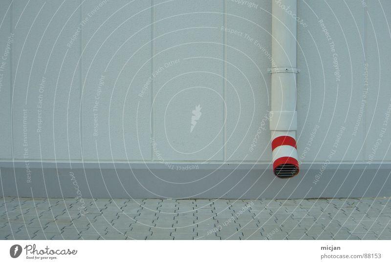 Rohr mit rot auf Wand in grau Abfluss Mauer Streifen Kreis rot-weiß unten fließen Gitter Schleim Schlamm Wasserrohr Abflussrohr graphisch Linie Gebäude Haus
