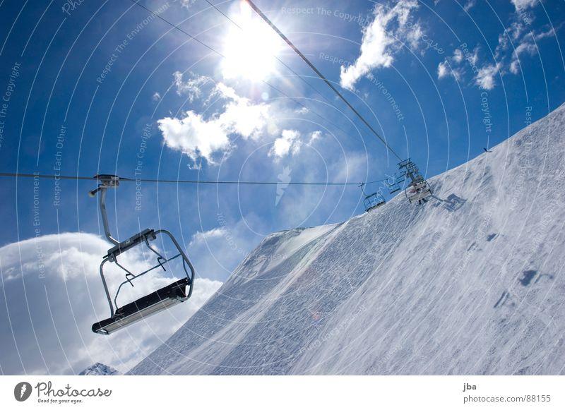 aufwärts! ll Beleuchtung Skispur Sonntag Licht schön Wolken Strahlung Neuschnee Tiefschnee Pulverschnee Sessel 4 Platz Nachmittag März Skifahrer Gegenlicht