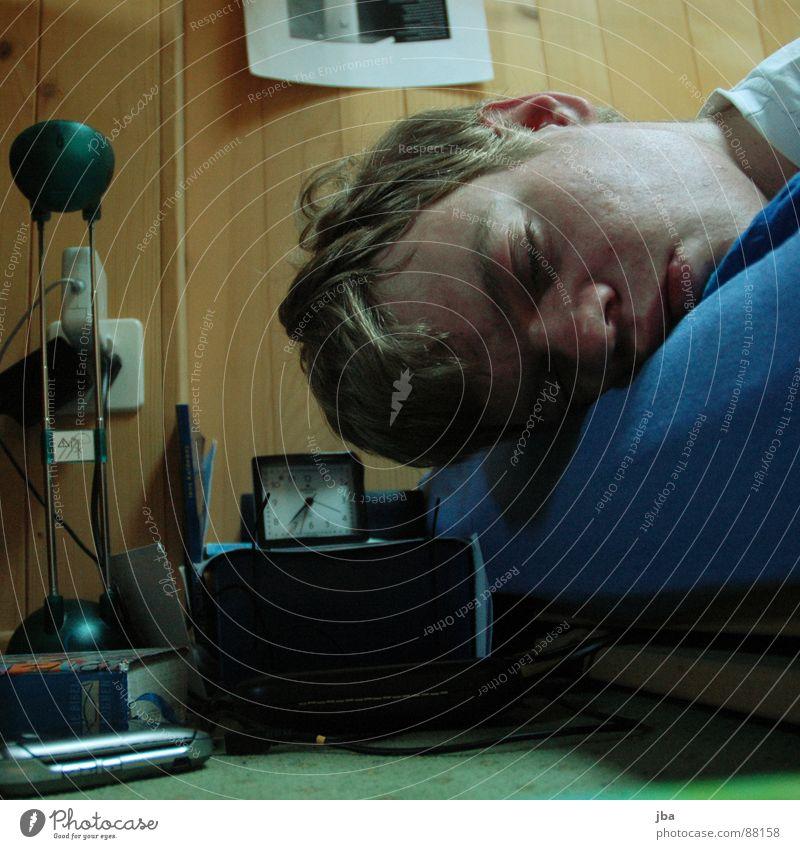 ausschlafen Morgen aufstehen Bett Holzbrett Holzwand Wecker Licht Buch Teppich braun gelb Wange geschlossene Augen Jugendliche Natel Müdigkeit Luftmatratze