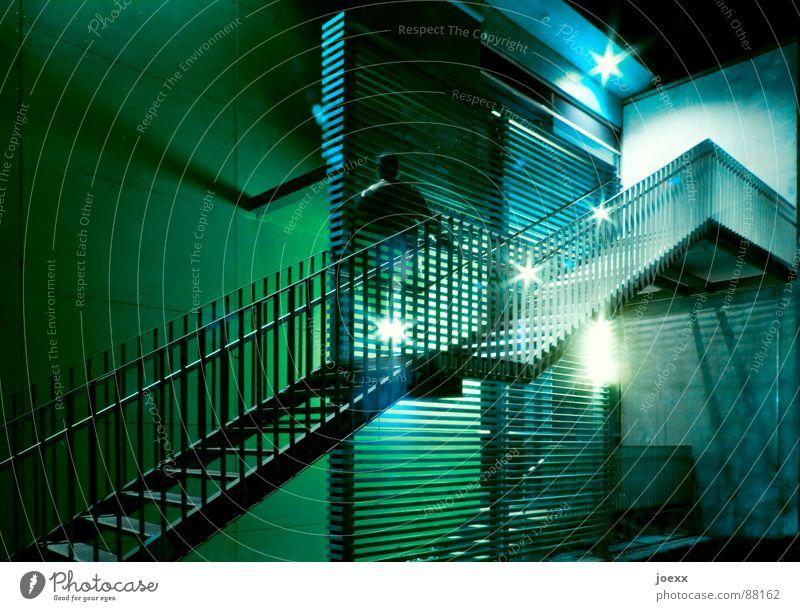 Aufstieg ohne Unterleib Mann grün blau dunkel Mauer Treppe Geister u. Gespenster Geländer Karriere Aussehen Scheinwerfer aufsteigen Nachtaufnahme Spitzel Gedanke