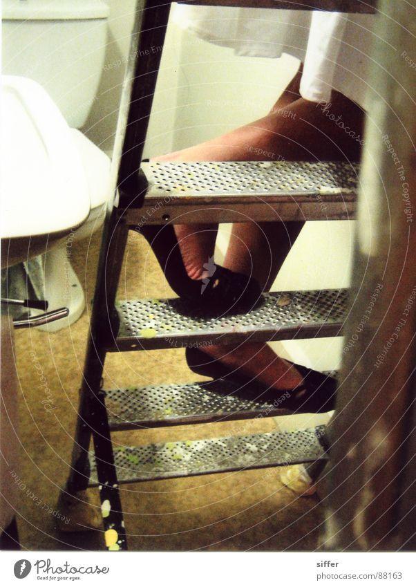 Crafty ladder Schuhe weiß gelb schwarz Kleid Klettern listig Geschicklichkeit Fräulein Frau Reihe Sicherheit Beine Leiter Toilette Bodenbelag bründli Farbe