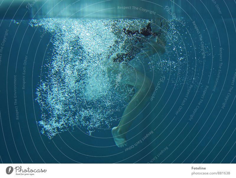 Blubber Mensch feminin Kind Mädchen Kindheit Beine Fuß 1 Urelemente Wasser Coolness frisch kalt nass blau Schwimmen & Baden Schwimmsport springen Luftblase