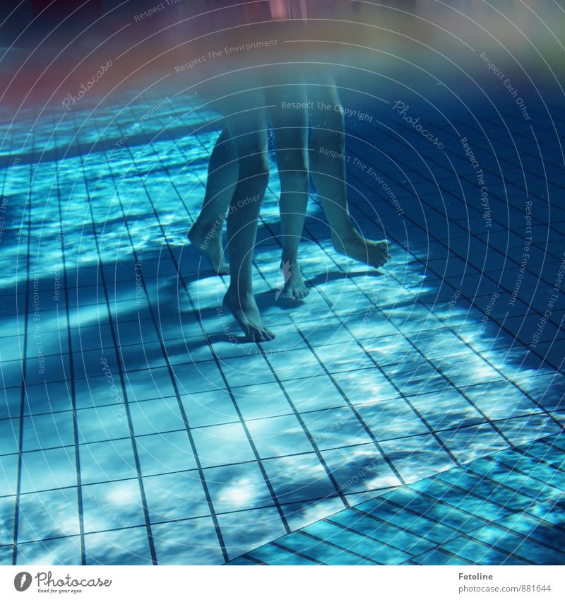 Komm mit zur Wasserrutsche!! Mensch Kind Kindheit Beine Fuß kalt nass blau Schwimmen & Baden Spielen Ferien & Urlaub & Reisen Schwimmbad Schwimmhalle Linie