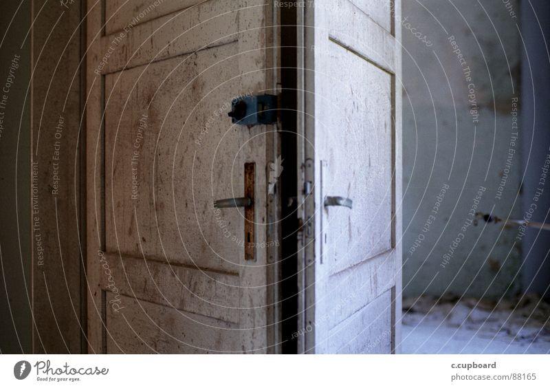 tür an tür Wolken Einsamkeit Farbe Wege & Pfade Tür streichen Verfall bleich Griff Trennung Schlag gerissen schlechtes Wetter Lichteinfall