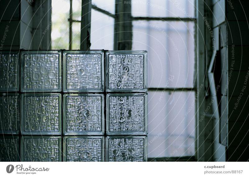 bad Glasbaustein Ornament Muster durchscheinend Fenster Sonnenlicht Riss Bad Vorhang Lichtspiel zerbröckelt glaskacheln Kleinbildfilm mattes licht grünlich