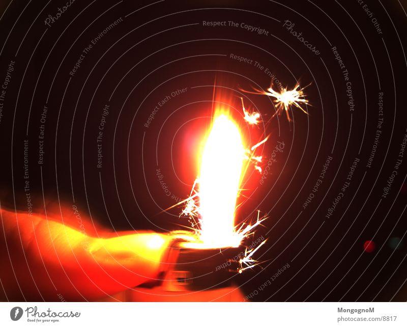 Hast du mal Feuer ? Feuerzeug Licht Daumen Physik Langzeitbelichtung Flamme Funken Wärme Brand