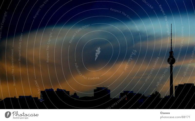 Polarlichter über Berlin... Himmel Wolken orange Deutschland Horizont Aussicht Baustelle Turm Skyline Alkoholisiert Abenddämmerung Hauptstadt dramatisch breit