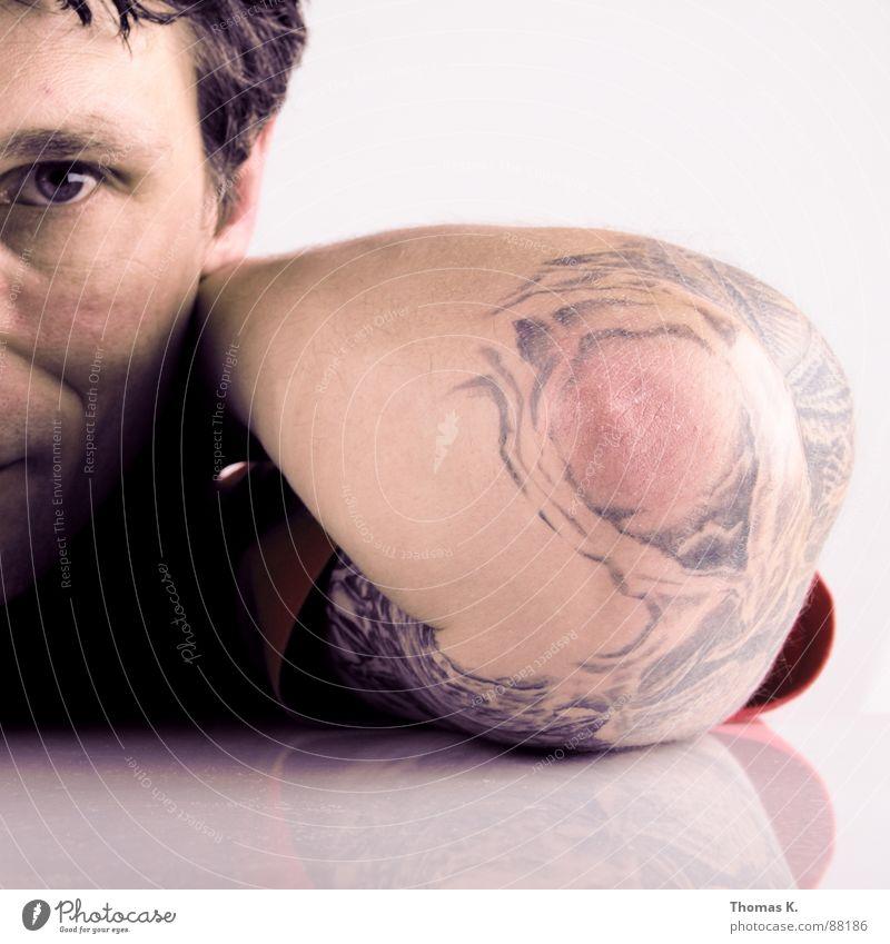 Herr H. Mann Farbe Haare & Frisuren Kopf Denken warten Arme Glas Körperhaltung Stengel Tattoo Kristallstrukturen Aufenthalt Becher staunen fixieren