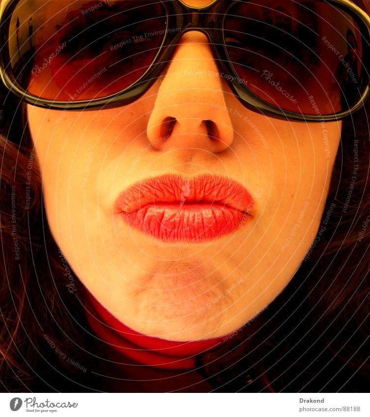 Lua Frau Mensch rot Winter schwarz Gesicht Haare & Frisuren Glas Mund Nase Brille Küssen stark Jacke Dame Leidenschaft