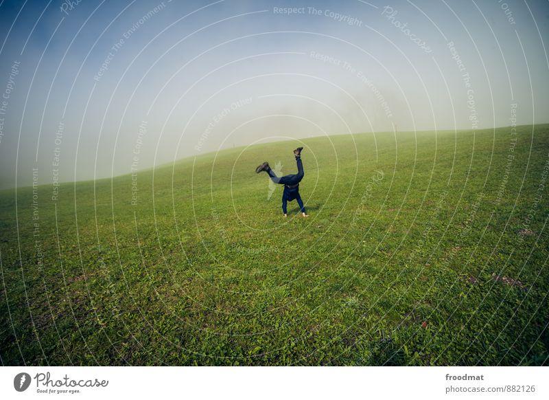 X Mensch maskulin Junger Mann Jugendliche Erwachsene 1 Natur Landschaft Herbst Schönes Wetter Nebel Wiese Hügel genießen toben sportlich frei Fröhlichkeit