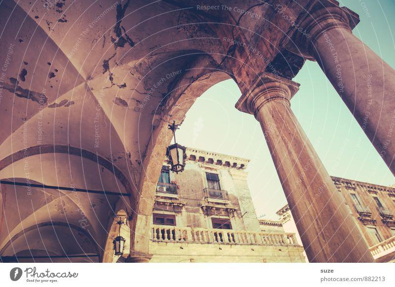Kreuzweise | Gewölbt alt Haus Wand Architektur Gebäude Mauer Fassade Vergänglichkeit Wandel & Veränderung Italien historisch Laterne Bauwerk Vergangenheit