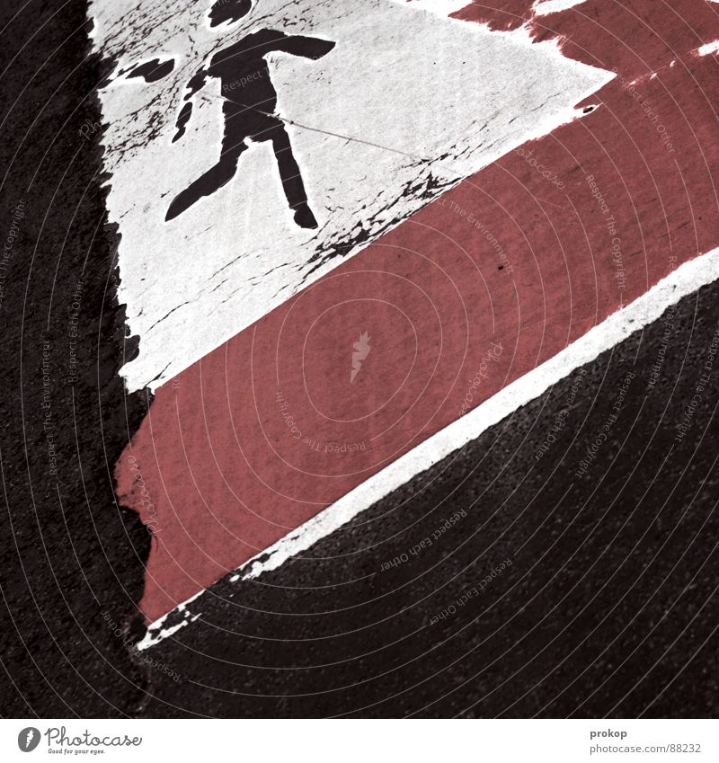 Teer frißt Kind rot Spielen Stein Angst Verkehr gefährlich bedrohlich Vergänglichkeit Wachsamkeit Verkehrswege Straßenbelag Respekt Vorsicht Panik Charakter