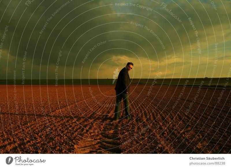 LOOKING BACK gehen Feld Wiese Horizont Sonnenuntergang Blick Mann Himmel Einsamkeit Schatten christian säuberlich zurück blicken über die schulter schauen