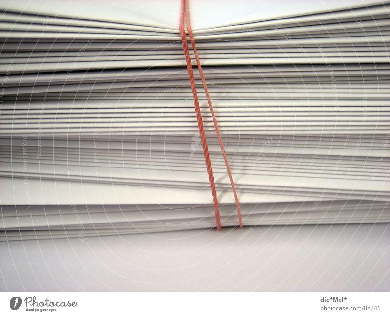 gebündelt Papier rot weiß Stapel Zusammensein Faltenwurf aufeinander Dinge Gummiband
