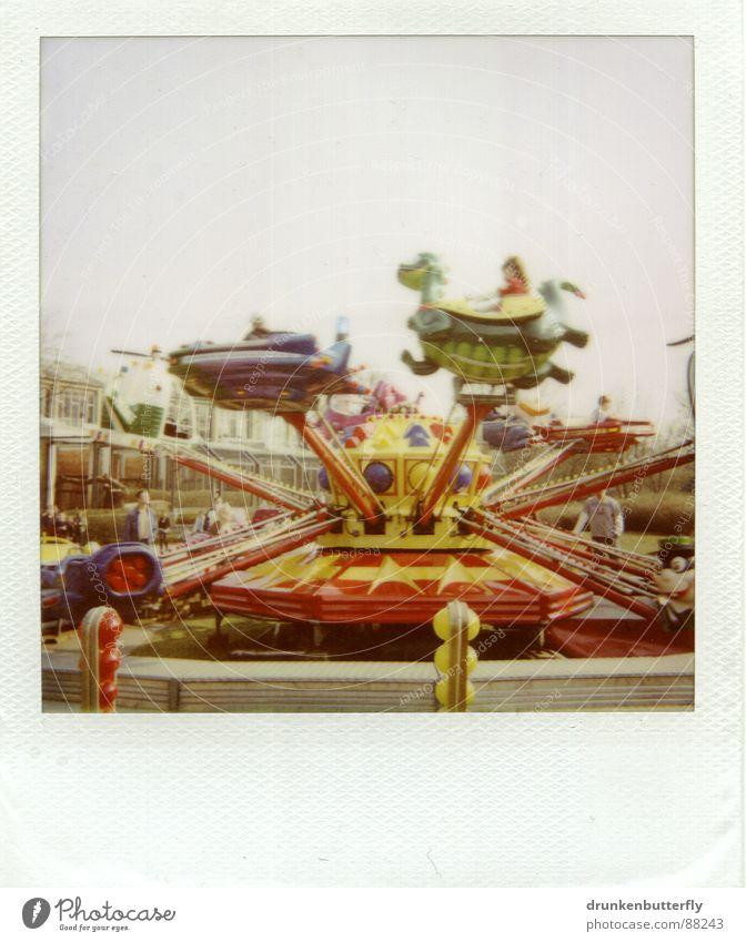 Bitte anschnallen. Jahrmarkt Karussell drehen Tier Spielzeug Freizeit & Hobby kreisen Spielen Polaroid PKW fliegen Himmel Kindheit