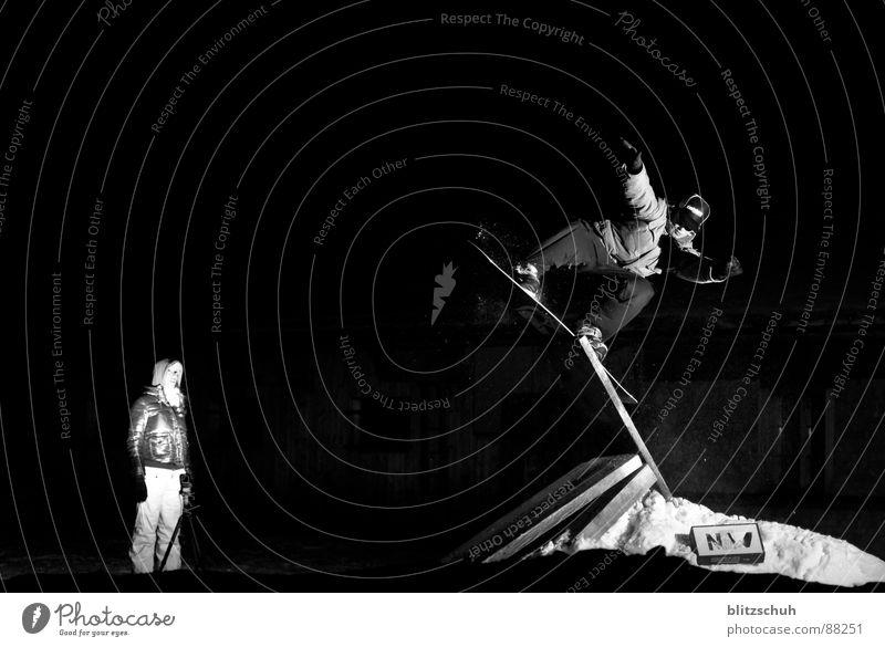 Night Session Meiringen Hasliberg Winter Schnee Stil Sport Spielen Körperhaltung Barriere Schweiz Gleichgewicht Publikum Snowboard talentiert Nachtaufnahme Snowboarding Schanze Schneehaufen