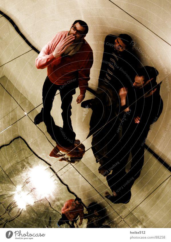 Gimme' five Mann Hand rot Menschengruppe 3 Spiegel 5 obskur Überraschung Entsetzen Verzerrung Aufregung Ups Spiegelsaal