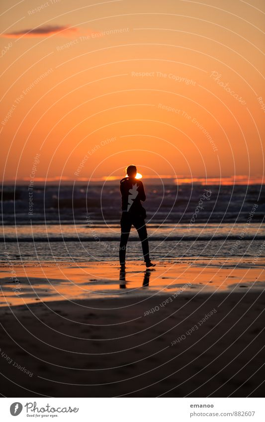 Strandspaziergang Lifestyle Freude Ferien & Urlaub & Reisen Tourismus Ausflug Ferne Freiheit Sommer Sommerurlaub Sonne Meer Wellen Mensch Junge Frau Jugendliche