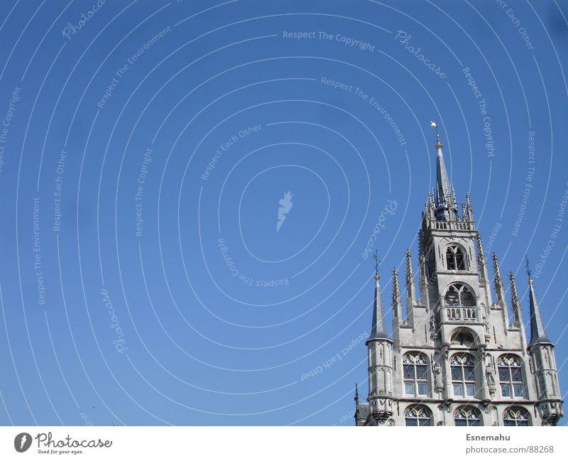 Verliebte Spitzen Fenster Götter wuchtig Macht groß Gebäude Gotik Turm grau rund Oval Kirchturm Dachfenster Gotteshäuser Religion & Glaube blau Tür hoch Himmel
