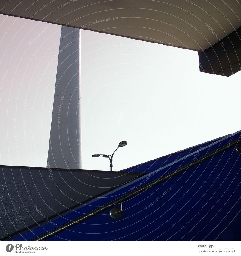 mauerblümchen Armutsgrenze Hinterhof Plattenbau Fassade Lichthof Fenster Brandmauer Alexanderplatz Osten Laterne Wohnanlage Treppe Astronaut Satellitenantenne