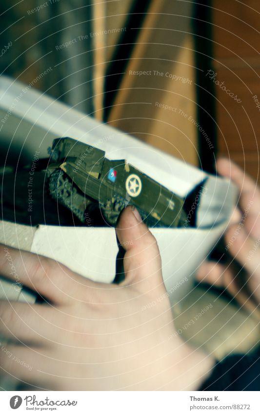 Im Clubhaus. Kind Hand Karton Schachtel Schatz Armee gepanzert Papier Holzhütte