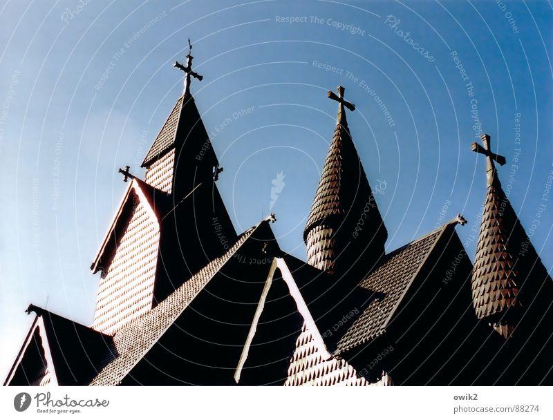 Glaubenszeichen Ferien & Urlaub & Reisen Tourismus Ferne Freiheit Sommerurlaub Rücken Schönes Wetter Kirche Turm Dach Sehenswürdigkeit Wahrzeichen Denkmal Holz