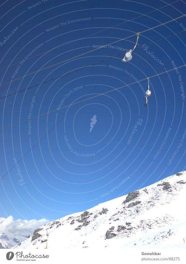 es geht bergauf blau rot Winter schwarz kalt Berge u. Gebirge Schnee Spielen Alpen Wolkenloser Himmel Schweiz aufwärts Blauer Himmel ziehen Skilift Skipiste