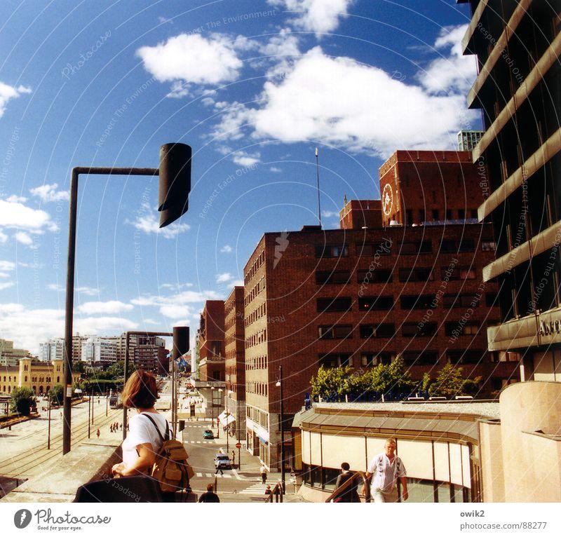 Sommertag in Oslo Mensch Himmel Ferien & Urlaub & Reisen Mann Stadt blau Wolken Haus Ferne Erwachsene Straße Tourismus Rücken Ausflug Schönes Wetter