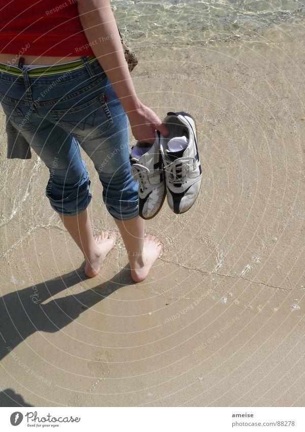 It's sooo cold, man! Strand Turnschuh Ferien & Urlaub & Reisen Ferne Küste Wasser water Jeanshose bleu jeans alte turnschuhe old sneakers Fuß feet Schatten