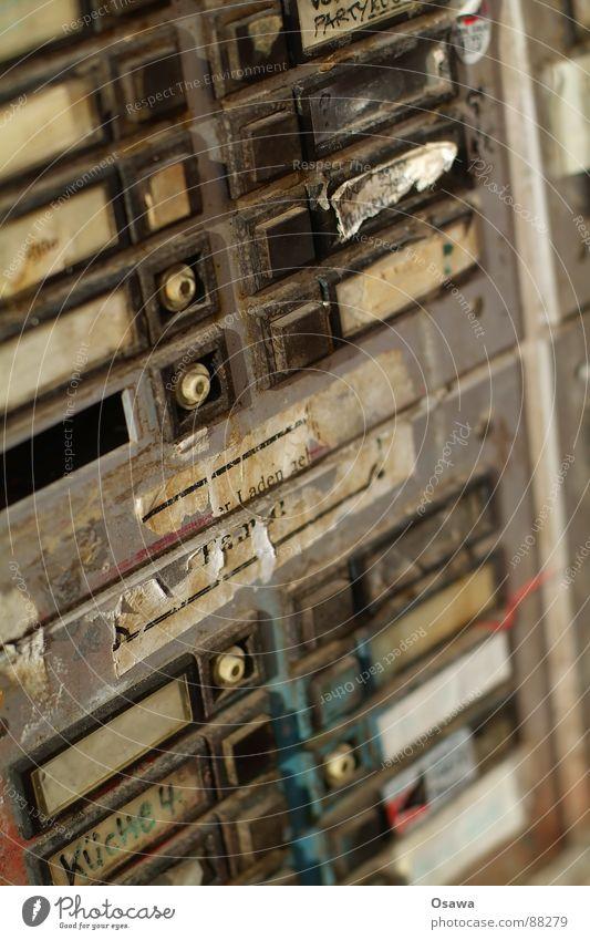 Zu Besuch bei Familie Küche Namensschild Eingang Hauseingang Türöffner dreckig Leerstand leer verfallen Klingel Klingelanlage alt Einsamkeit Friedrichsahin