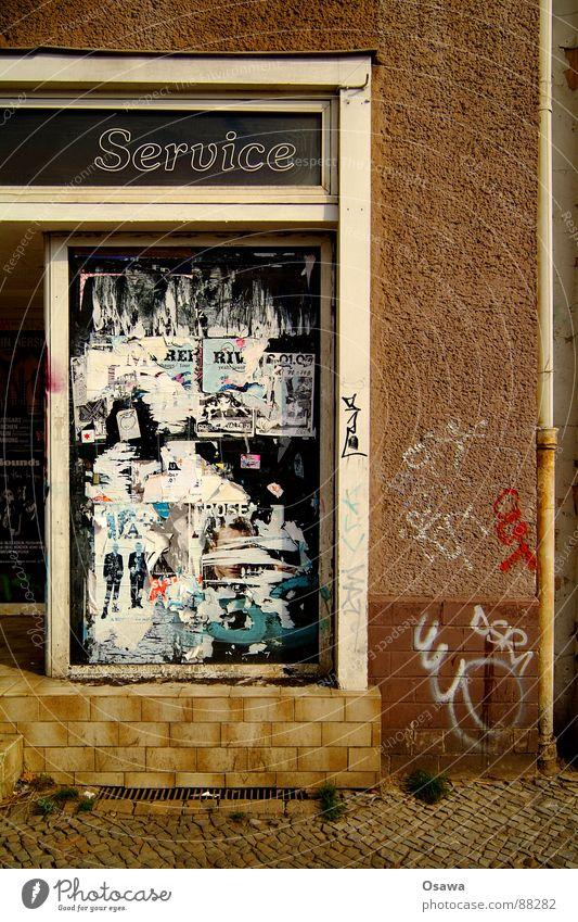 Servicewüste Deutschland Ladengeschäft Leerstand Schaufenster Wand Haus Gebäude verfallen Dienstleistungsgewerbe Ladenwohnung Einsamkeit Architektur