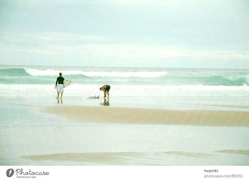 morgens am meer Meer Surfer Strand Wellen grün frisch Sandbank kalt Surfbrett Wassersport blau Morgen hell Surfen