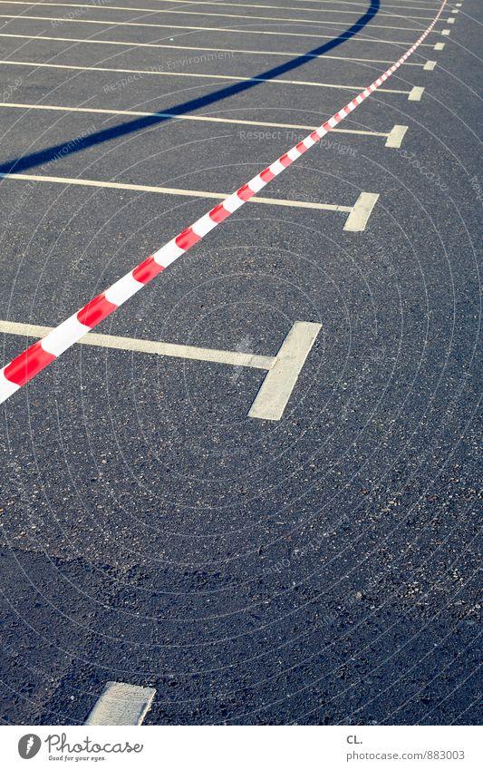 flatterschatten weiß rot Straße Wege & Pfade grau Verkehr Barriere Verkehrswege Autofahren Parkplatz stagnierend Verbote Frustration Straßenverkehr Ärger