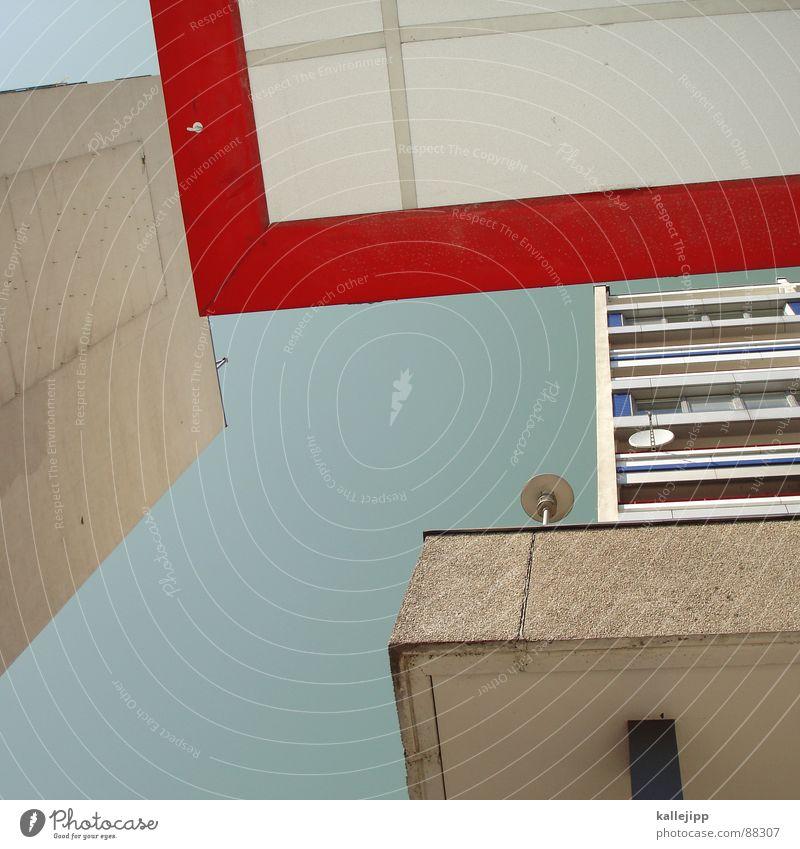just around the corner Armutsgrenze Hinterhof Plattenbau Fassade Lichthof Fenster Brandmauer Alexanderplatz Osten Wohnanlage Treppe Astronaut Satellitenantenne