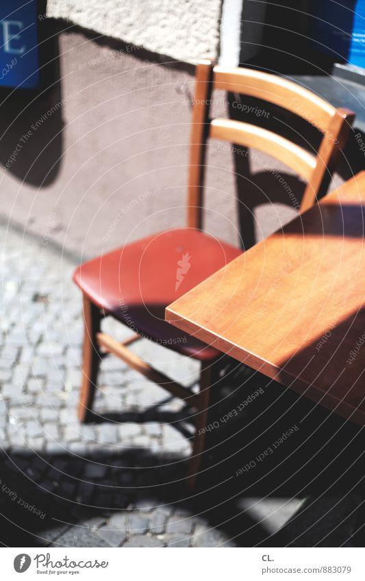 sitzgelegenheit Mauer Wand Stuhl Tisch Tischplatte Kopfsteinpflaster sitzen 1 Farbfoto Außenaufnahme Menschenleer Tag Licht Schatten Kontrast