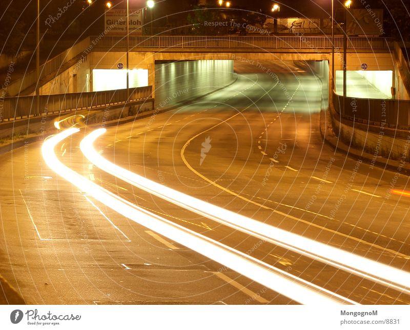 Spurwechsel Tunnel Nacht Licht Geschwindigkeit Fahrbahn Langzeitbelichtung Brücke Straße