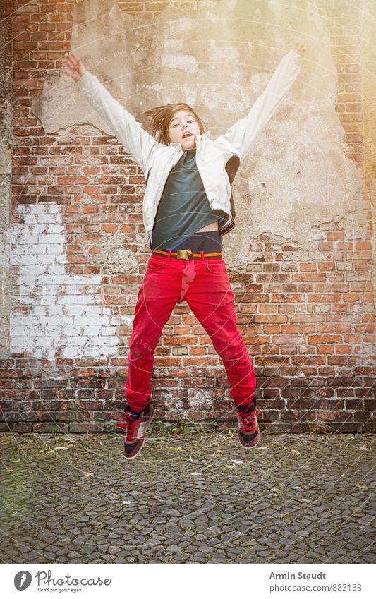 Hurra wir sind P... Mensch Kind Jugendliche Stadt rot Freude Wand Bewegung Gefühle Mauer Berlin Glück springen maskulin Lifestyle dreckig