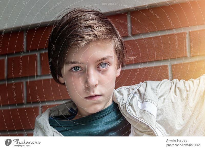 Porträt eines Jugendlichen Lifestyle Stil Mensch maskulin Kopf 1 13-18 Jahre Kind Mauer Wand Jacke brünett sitzen Coolness authentisch Gesundheit schön