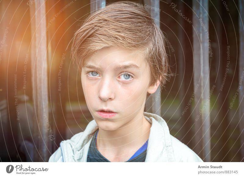 Porträt vor Gittern Lifestyle Mensch maskulin Jugendliche Kopf 1 13-18 Jahre Kind Tür Fensterscheibe brünett Glas authentisch Coolness schön einzigartig trist