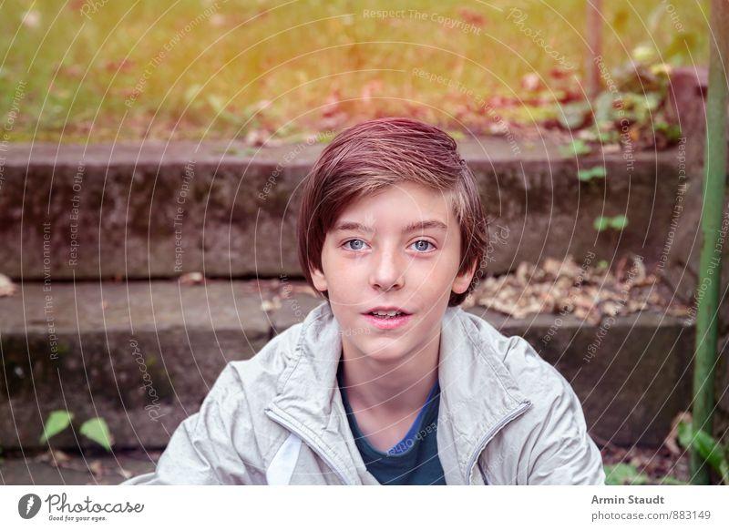 Porträt Mensch Kind Jugendliche schön Gefühle Gras Glück Park maskulin Treppe Zufriedenheit authentisch sitzen 13-18 Jahre ästhetisch Lächeln