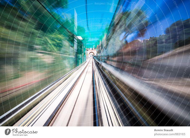 Mission Impossible Barcelona Verkehrsmittel Personenverkehr Bahnfahren Schienenverkehr Eisenbahn Gleise Ferne Geschwindigkeit Stadt blau grün Stimmung Euphorie