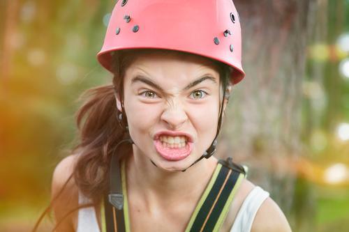 Wütende Bergsteigerin Lifestyle Freizeit & Hobby Sommerurlaub Sport Klettern Bergsteigen Helm Mensch feminin Frau Erwachsene Jugendliche Kopf 1 13-18 Jahre Kind