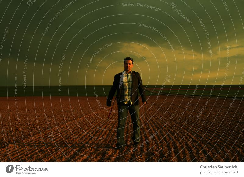 STUCK IN A MOMENT Mann Himmel Einsamkeit Wiese Feld gehen Horizont erstaunt
