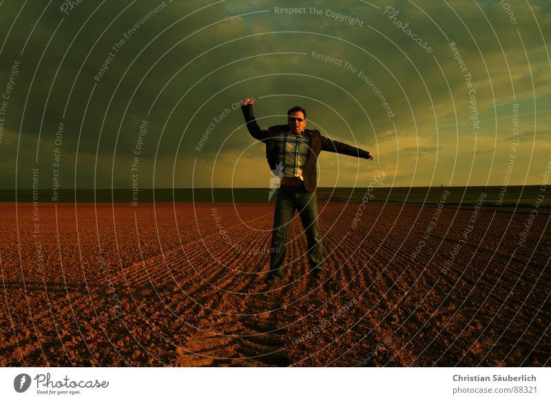 LAST MOVE gehen Feld Wiese Horizont Sonnenuntergang Blick Sonnenbrille Mann Himmel Einsamkeit Schatten christian säuberlich zurück blicken