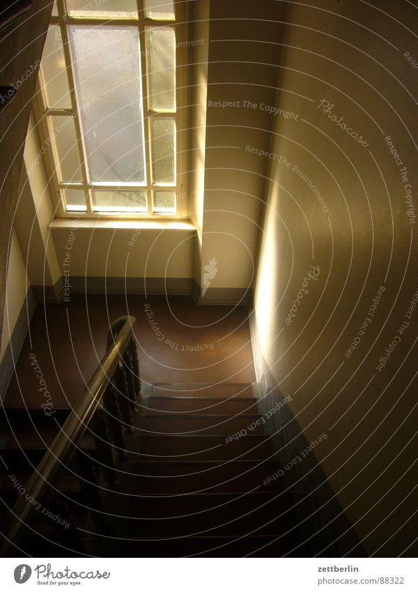Treppenhaus Haus Stadthaus Mieter Vermieter Treppenabsatz steigen Karriere dunkel geheimnisvoll Schatten Streiflicht Detailaufnahme Flur mietspiegel